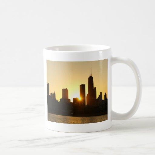 Puesta del sol del horizonte de Chicago Taza Básica Blanca