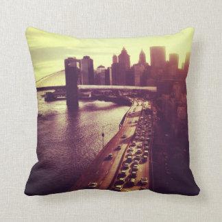 Puesta del sol del horizonte - puente de Brooklyn  Cojín