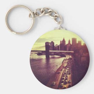 Puesta del sol del horizonte - puente de Brooklyn Llavero Redondo Tipo Pin