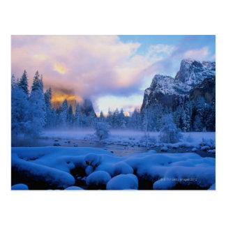 Puesta del sol del invierno en el parque nacional  postales