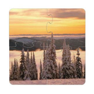 Puesta del sol del invierno posavasos de puzzle