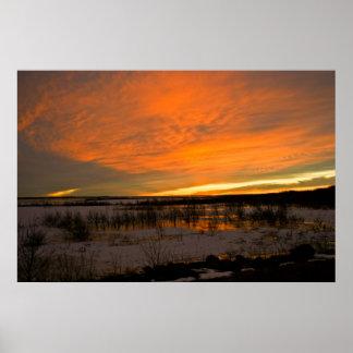 Puesta del sol del invierno sobre el lago Harlan Posters