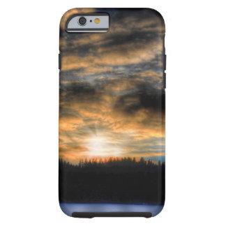 Puesta del sol del invierno sobre escena congelada funda de iPhone 6 tough