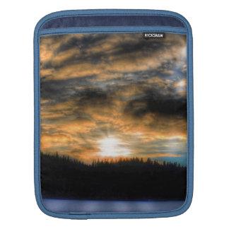 Puesta del sol del invierno sobre escena congelada mangas de iPad