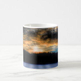 Puesta del sol del invierno sobre escena congelada taza clásica
