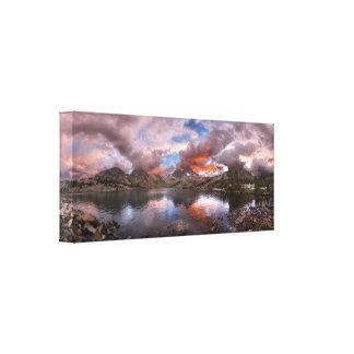 Puesta del sol del lago garnet en el rastro de impresión en lienzo
