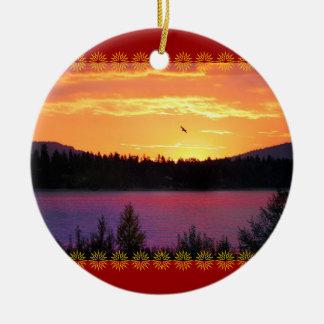 Puesta del sol del lago ornamento del navidad ornamento de navidad