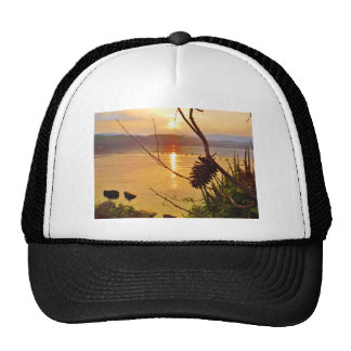 Puesta del sol del lago Pinecone Gorras De Camionero