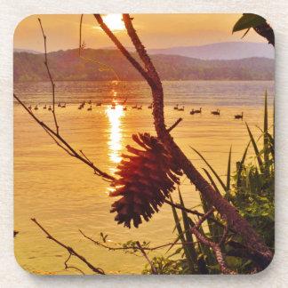 Puesta del sol del lago Pinecone Posavasos De Bebida