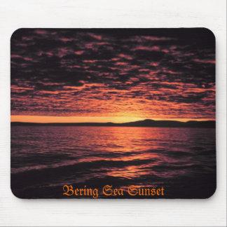 Puesta del sol del mar de Bering Tapetes De Ratones