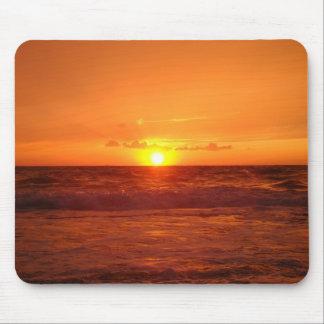 Puesta del sol del mar en tono anaranjado alfombrillas de ratones