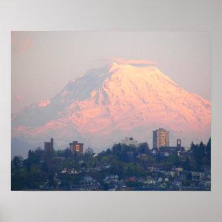 Puesta del sol del Monte Rainier Póster