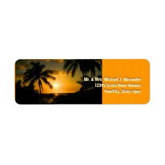 Puesta del sol del oro en la playa tropical etiquetas de remite