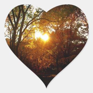 Puesta del sol del otoño pegatina en forma de corazón