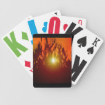 Puesta del sol del país a través de un campo baraja cartas de poker