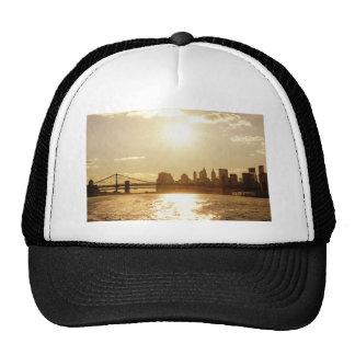 Puesta del sol del paisaje urbano sobre el horizon gorros