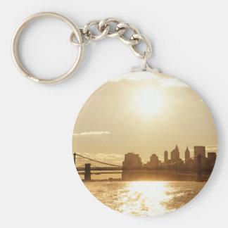 Puesta del sol del paisaje urbano sobre el horizon llavero redondo tipo pin