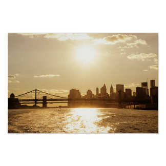 Puesta del sol del paisaje urbano sobre el horizon poster
