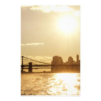 Puesta del sol del paisaje urbano sobre el horizon papelería