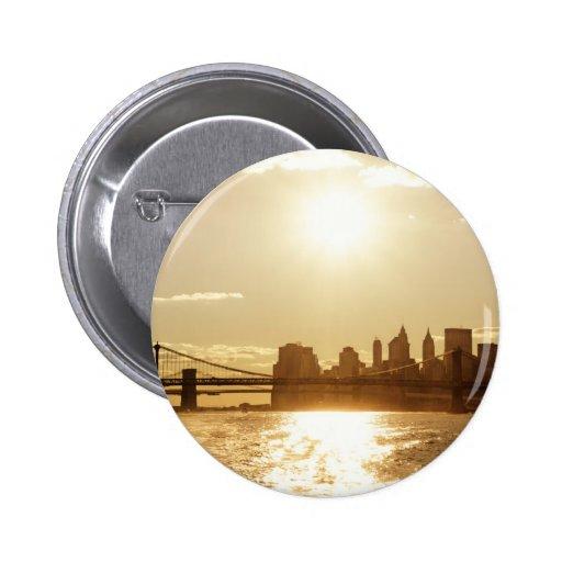 Puesta del sol del paisaje urbano sobre el horizon pin redondo 5 cm