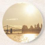 Puesta del sol del paisaje urbano sobre el horizon posavasos diseño