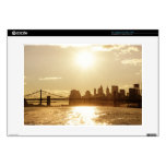 Puesta del sol del paisaje urbano sobre el horizon skins para 38,1cm portátiles