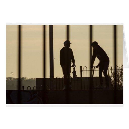 Puesta del sol del parque del monopatín tarjeton