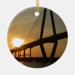 Puesta del sol del puente de Charleston Ravenel Adorno Navideño Redondo De Cerámica
