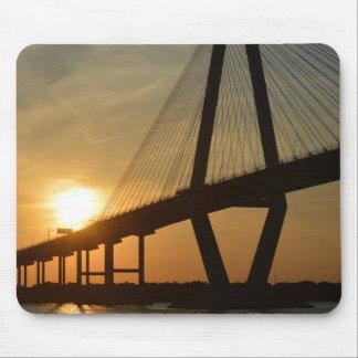 Puesta del sol del puente de Charleston Ravenel Tapete De Ratones