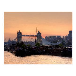 Puesta del sol del puente de la torre postal