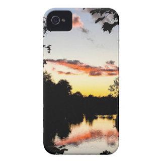 Puesta del sol del río iPhone 4 cárcasas