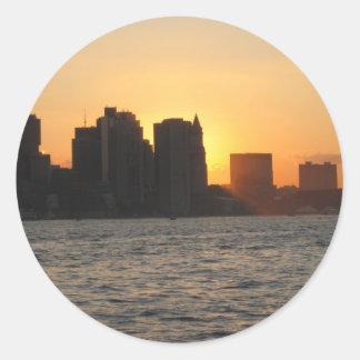 Puesta del sol detrás de la ciudad de Boston Pegatina Redonda