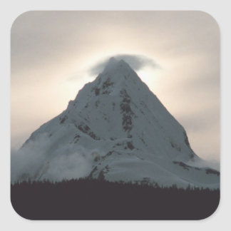 Puesta del sol detrás de una montaña nevosa colcomanias cuadradass