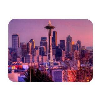 Puesta del sol detrás del horizonte de Seattle del Rectangle Magnet