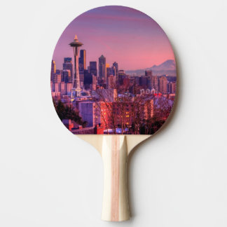 Puesta del sol detrás del horizonte de Seattle del Pala De Tenis De Mesa