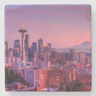 Puesta del sol detrás del horizonte de Seattle del Posavasos De Piedra