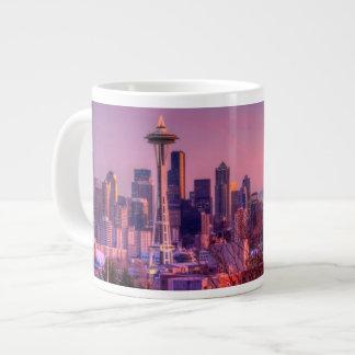 Puesta del sol detrás del horizonte de Seattle del Taza Grande