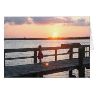 Puesta del sol detrás del muelle en la Florida con Tarjetón