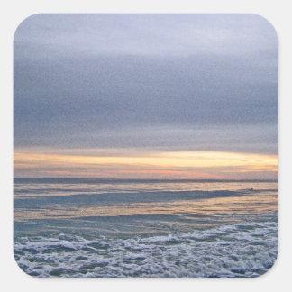 Puesta del sol divina a lo largo de la isla del pegatina cuadrada