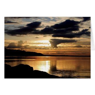 Puesta del sol dramática de los cielos en la tarjeta de felicitación