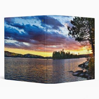 Puesta del sol dramática en el lago