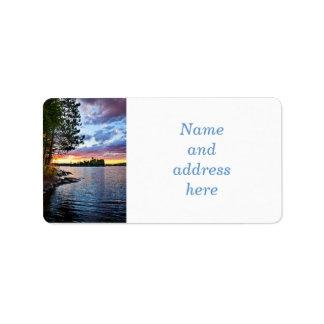 Puesta del sol dramática en el lago etiquetas de dirección
