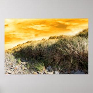 puesta del sol dramática en la playa beal rocosa póster