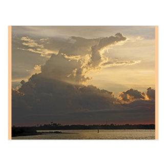 Puesta del sol dramática, nubes, cielo y agua postales