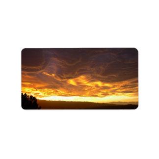 Puesta del sol dramática sobre el lago etiqueta de dirección