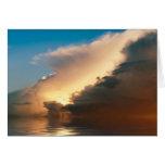 Puesta del sol dramática sobre el océano tarjeta