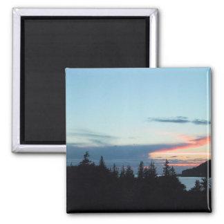Puesta del sol en Alaska, sobre árboles con el océ Iman De Frigorífico