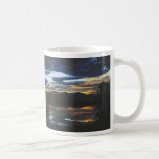 Puesta del sol en el agua tranquila tazas de café