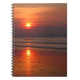Puesta del sol en el cuaderno del mar de Irlanda