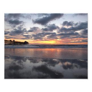Puesta del sol en el embarcadero de la costa fotografía